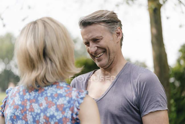 Крупним планом щаслива зріла людина посміхається на жінку на відкритому повітрі — стокове фото