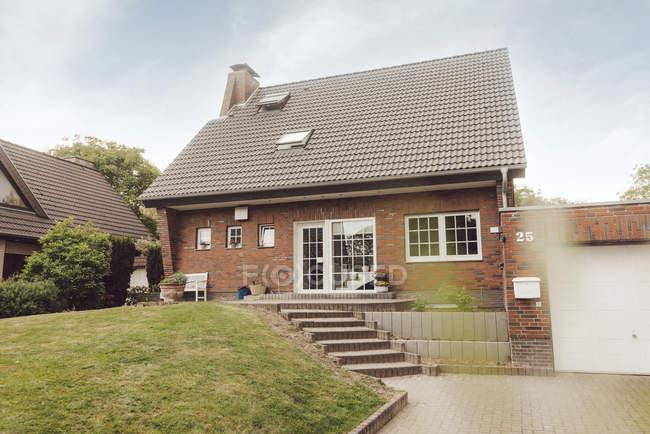 Односімейний будинок з садом і під'їзною колію — стокове фото