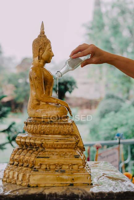 Thailand, Bangkok, Gläubige baden eine Buddha-Statue mit einer heiligen Kräuterflüssigkeit — Stockfoto