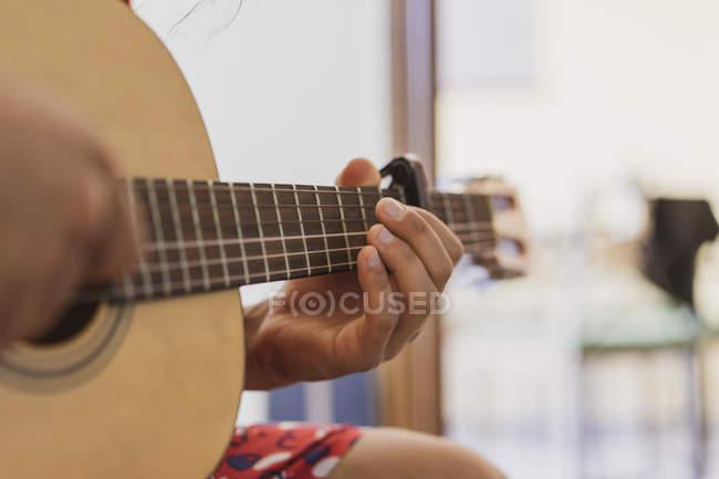 Nahaufnahme eines Mannes, der Gitarre spielt — Stockfoto