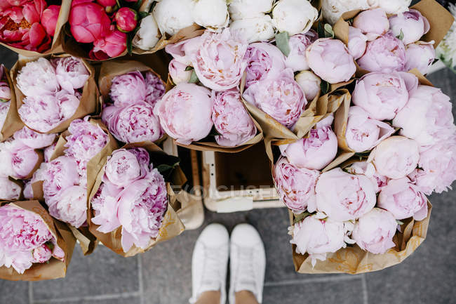 Bunches of peonies at flower market — Stock Photo