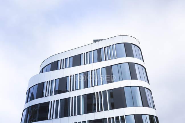 Polonia, Cracovia, facciata di un moderno edificio per uffici — Foto stock