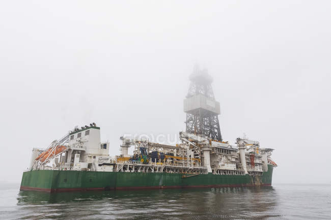 Namibia, Walvis Bay, plataforma petrolífera en un barco en Neblina - foto de stock