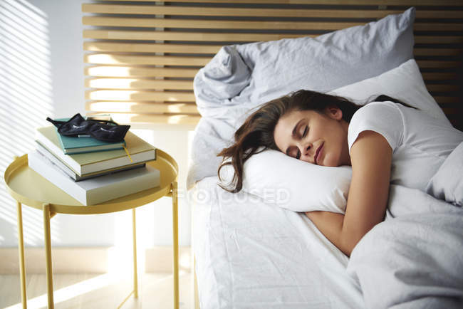 Portrait of woman sleeping in bed in daylight — Stock Photo