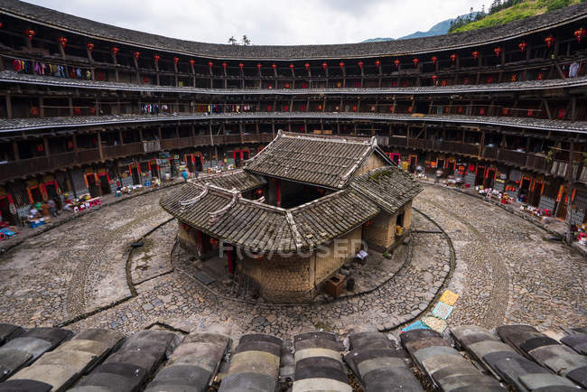 China, Fujian Province, inner courtyard of a tulou in a Hakka village — Stock Photo