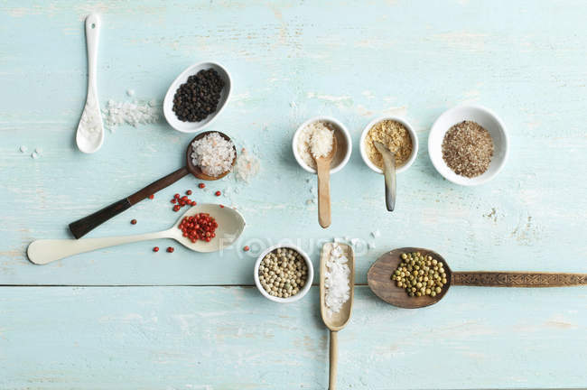 Various sorts of salt and various sorts of pepper — Stock Photo