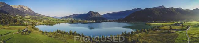 Austria, Tirol, Kaiserwinkl, Vista aérea del lago Walchsee, panorama - foto de stock
