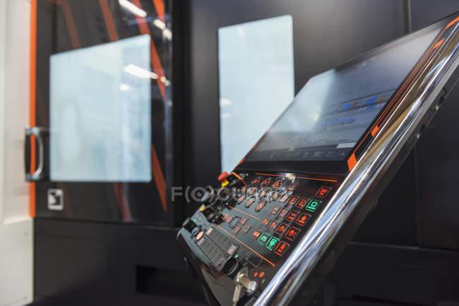 Gros plan du contrôle de la machine en usine — Photo de stock