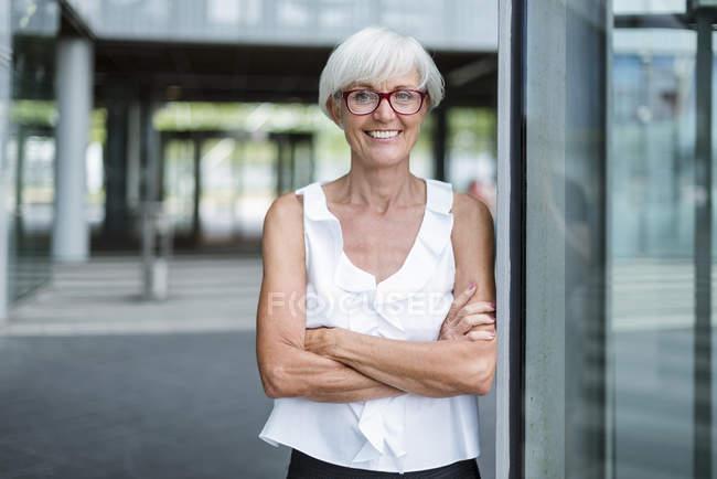Ritratto di donna anziana sorridente con gli occhiali — Foto stock