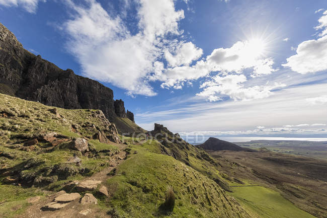 UK, Scotland, Inner Hebrides, Isle of Skye, Trotternish, Quiraing, tourist on hiking trail — Stock Photo