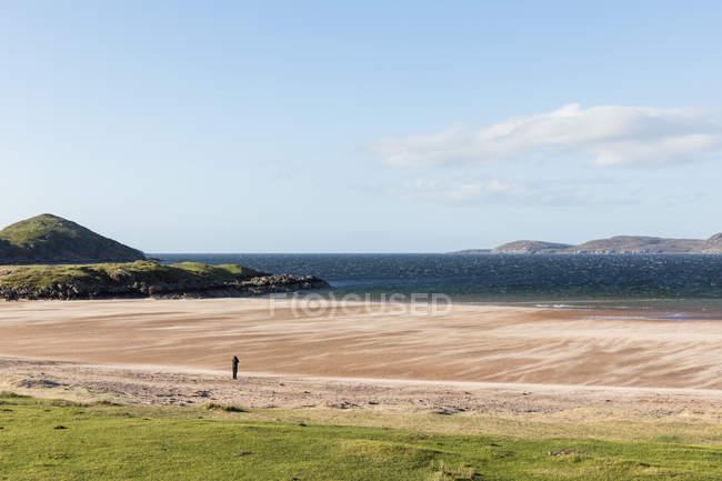 Royaume-Uni, Écosse, Highlands écossais, Loch Ewe, Poolewe, touriste à Firemore Beach — Photo de stock