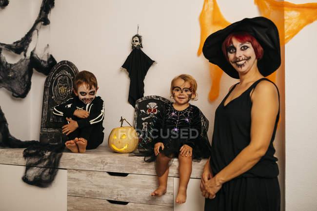 Mère et enfants déguisés pour la fête de l'Halloween — Photo de stock