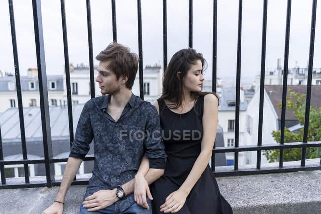 Франція, Париж, молода пара, що мають перерву в районі Монмартр — стокове фото