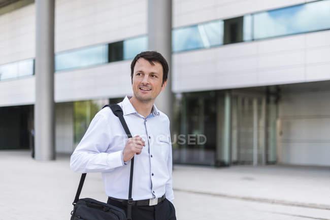 Портрет улыбающегося бизнесмена в городе — стоковое фото