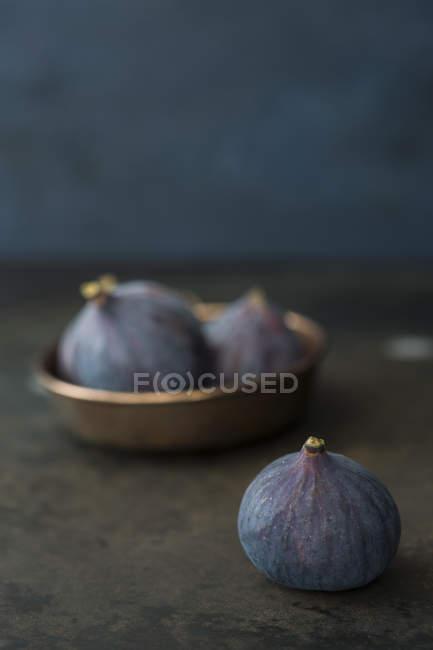 Cerca de higos frescos sobre la mesa - foto de stock