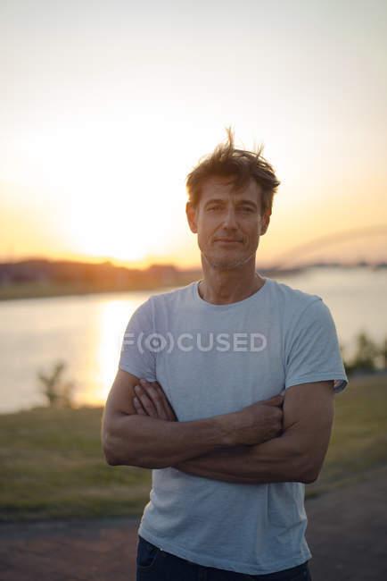 Ritratto di uomo maturo al tramonto — Foto stock