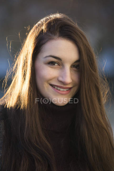 Portrait of smiling young woman outdoors — Stock Photo