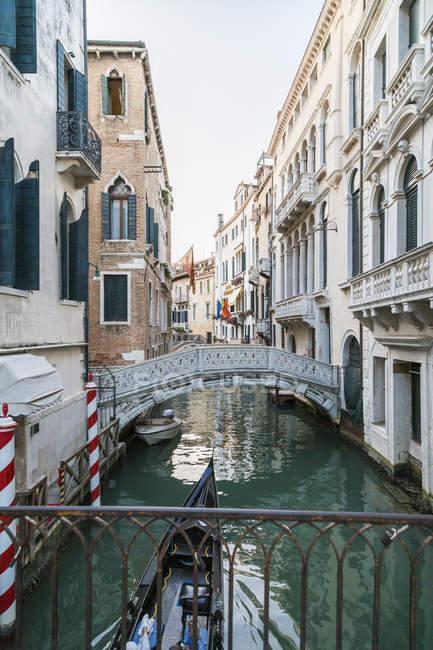 Itália, Veneza, Canal com ponte e casas — Fotografia de Stock