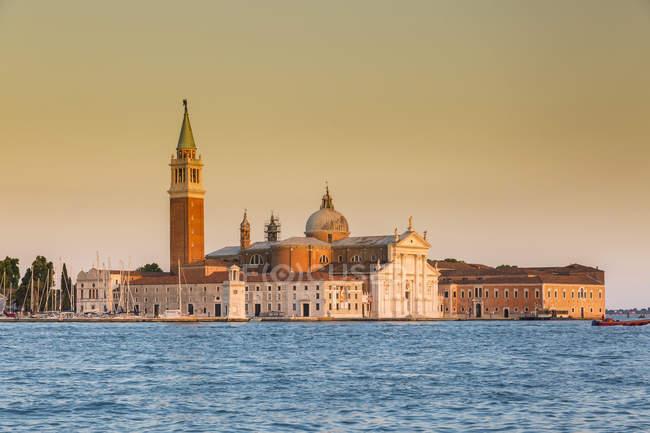 Itália, Veneza, San Giorgio Maggiore à luz da noite — Fotografia de Stock