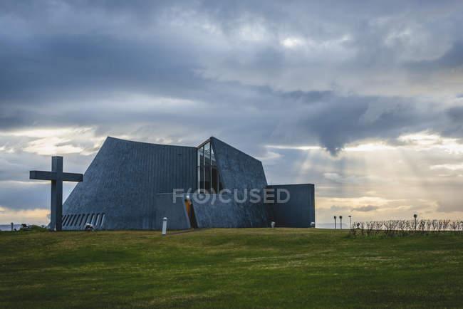 Islandia, Bloenduos, iglesia parroquial moderna - foto de stock