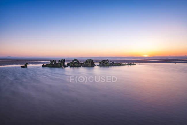 Royaume-Uni, Écosse, Aberlady, côte avec épave sous-marine au coucher du soleil — Photo de stock