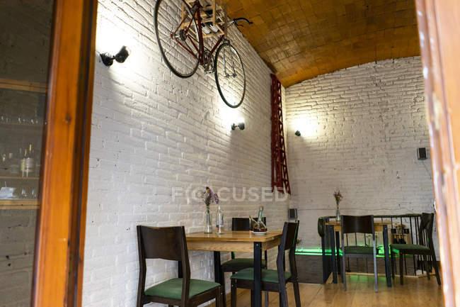 Interior de um restaurante com bicicleta pendurada na parede — Fotografia de Stock