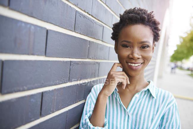 Retrato de una joven sonriente - foto de stock