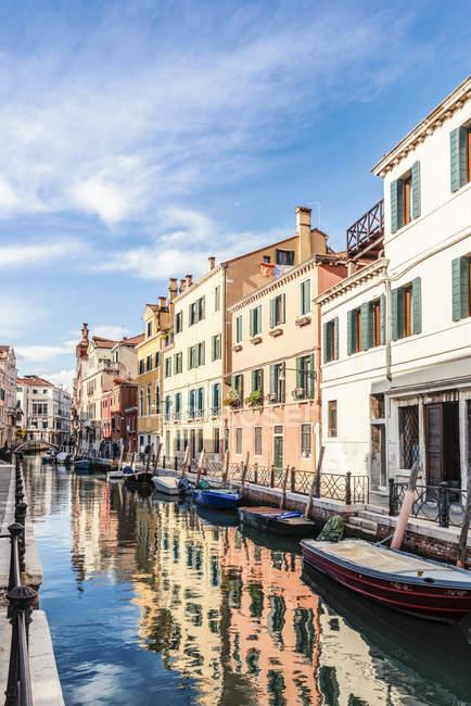 Italien, Venedig, Gasse und Boote am Kanal — Stockfoto