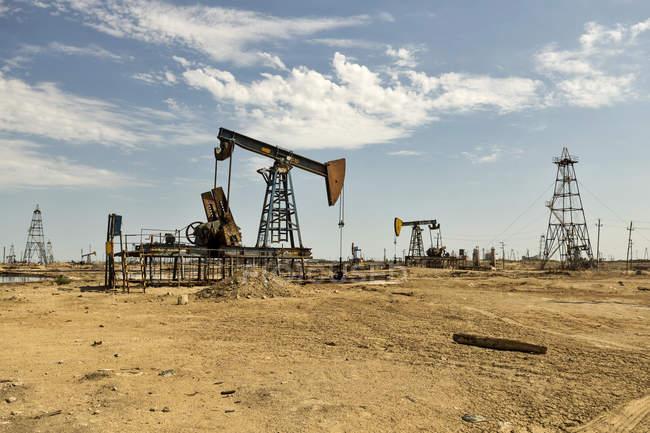 Azerbaïdjan, Bakou, champs de pétrole pendant la journée — Photo de stock