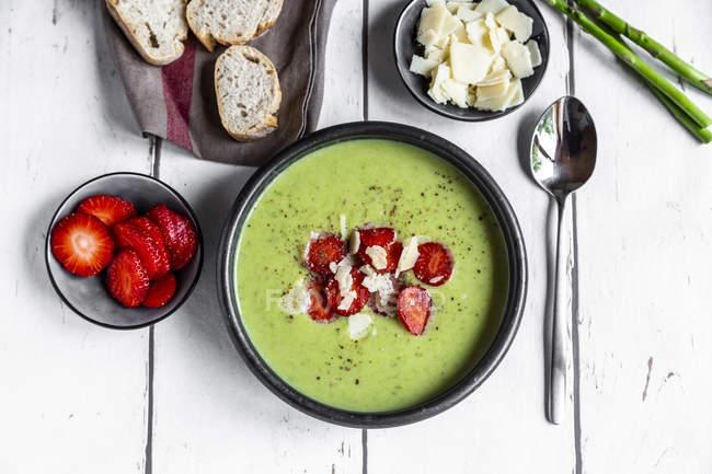 Crema di asparagi verdi con fragole, parmigiano e baguette — Foto stock