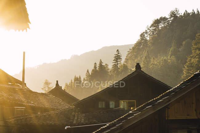 Китай, Гуйчжоу, дома поселка Мяо в подсветке — стоковое фото