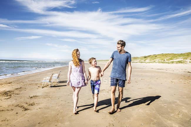 Paesi Bassi, Zandvoort, felice famiglia a piedi sulla spiaggia — Foto stock