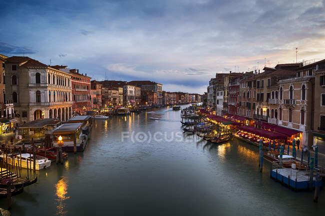 Italie, Venise, Canal Grande le soir — Photo de stock
