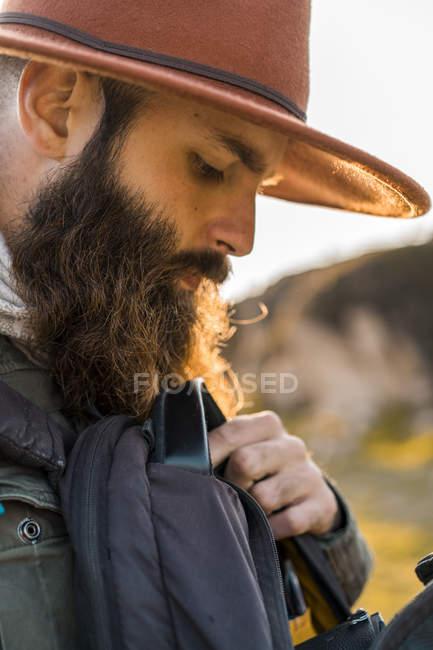 Италия, Сардиния, портрет бородатого туриста в шляпе и рюкзаке — стоковое фото