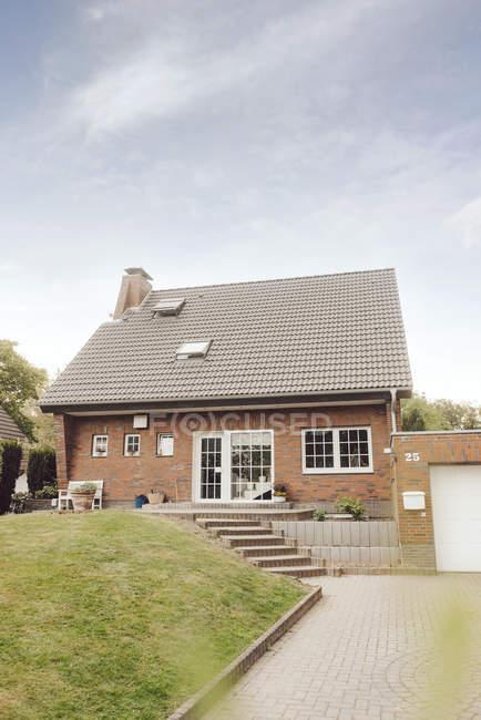 Einfamilienhaus mit Garten und Zufahrt — Stockfoto