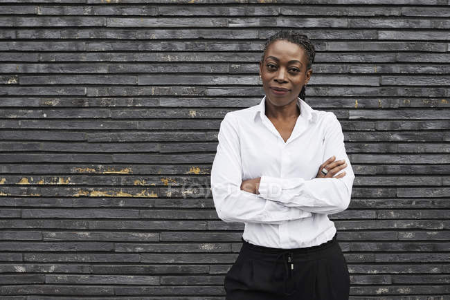 Портрет улыбающейся деловой женщины в белой рубашке — стоковое фото