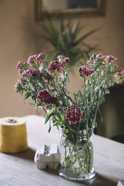 Flores frescas en floristería - foto de stock