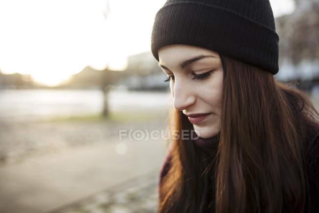 Retrato de una joven seria en otoño - foto de stock