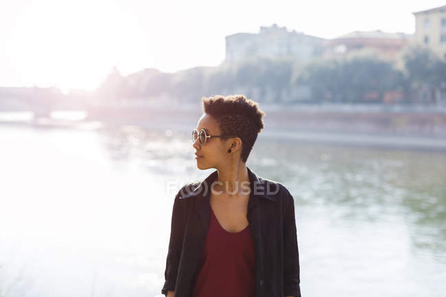 Italia, Verona, giovane donna di fronte al fiume Adige — Foto stock