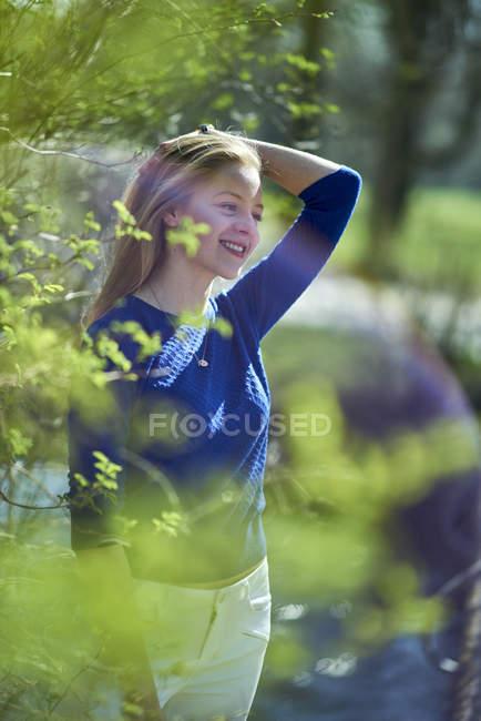 Sorridente giovane donna godendo la primavera — Foto stock