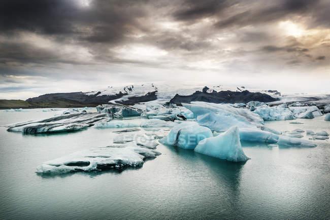 Islanda, sud dell'Islanda, lago ghiacciaio di Joekulsarlon, iceberg — Foto stock