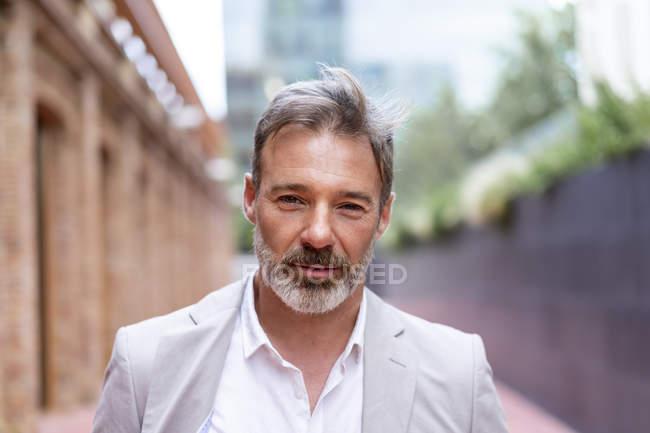 Porträt eines bärtigen Geschäftsmannes — Stockfoto