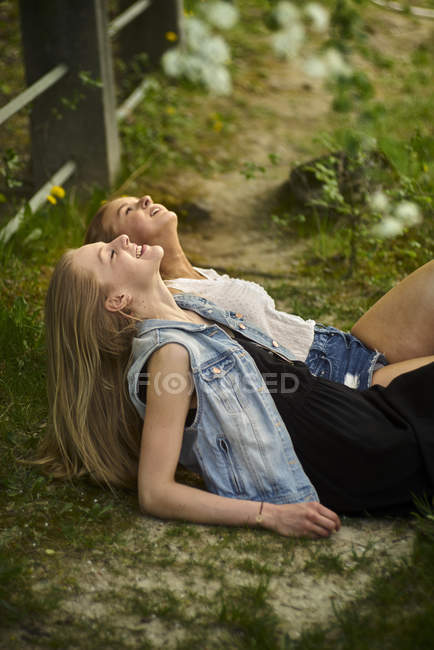 Two best friends relaxing together in nature — Stock Photo