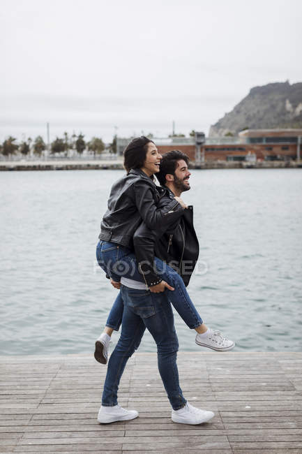 Spanien, barcelona, glückliches junges paar, das spaß am meer hat — Stockfoto