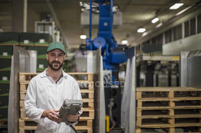 Pannello di controllo operaio in fabbrica — Foto stock