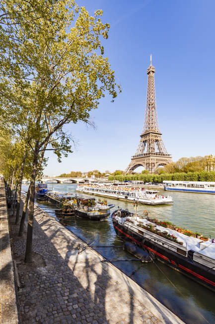 France, Paris, Eiffel Tower and tour boat on Seine river — Stockfoto