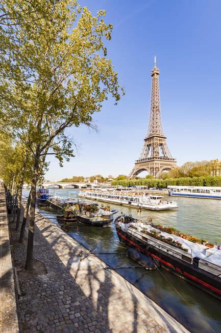 France, Paris, Tour Eiffel et bateau d'excursion sur la Seine — Photo de stock