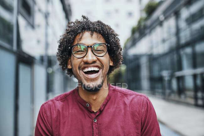 Retrato de um jovem vestindo óculos — Fotografia de Stock