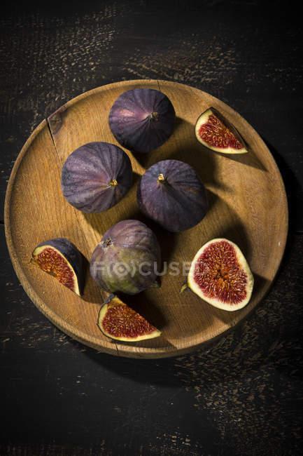 Figos na placa de madeira, madeira escura — Fotografia de Stock