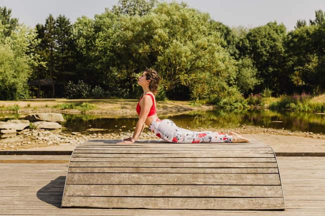 Junge Frau übt Pilates auf Treppe im Stadtpark — Stockfoto